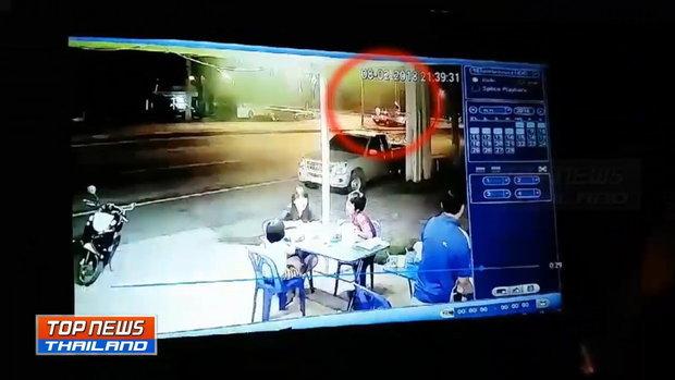 ภาพวงจรปิด กระบะชนรถเก๋ง 2 คัน ขณะจอดติดไฟแดง บาดเจ็บ 8 คน