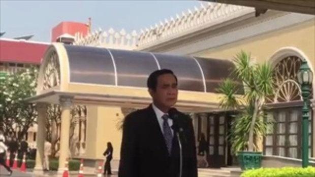 'บิ๊กตู่' ฉุนอีก !! หลักถูกถามเรื่อง 'แม้ว-ปู' กระแทกเท้าเดินหนีเข้า 'ตึกไทยฯ' !