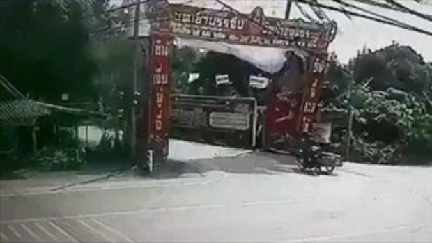 ชมคลิปรถพ่วงข้างเฉี่ยวมรณะ แค่เสี้ยววินาทีเท่านั้น ใจหายวูบกันเลยทีเดียว