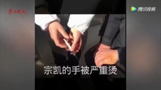ระทึก ตำรวจจีนเสี่ยงชีวิต ยกถังแก๊สติดไฟออกจากบ้านไฟไหม้