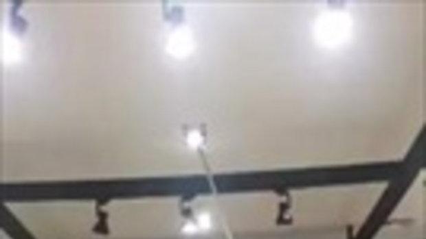 พระเจ้าจอร์จมันยอดมาก! ที่เปลี่ยนหลอดไฟทำเอง หมดปัญหาเพดานสูง