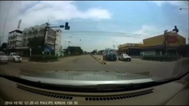 หนุ่มกระโดดขวางรถเลียนแบบนอก กล้องหน้ารถจับภาพไว้ได้