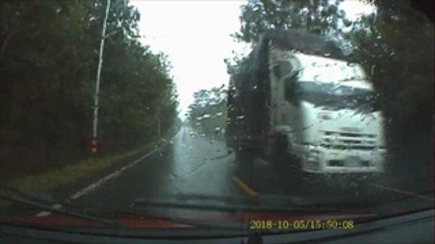 2นักข่าวหวิดดับ!! ฝนตกหนักต้นไม้โค่นเกือบทับรถยนต์