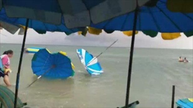 ชายหาดบางแสนฝนลมแรงพัดร่มปลิวว่อน