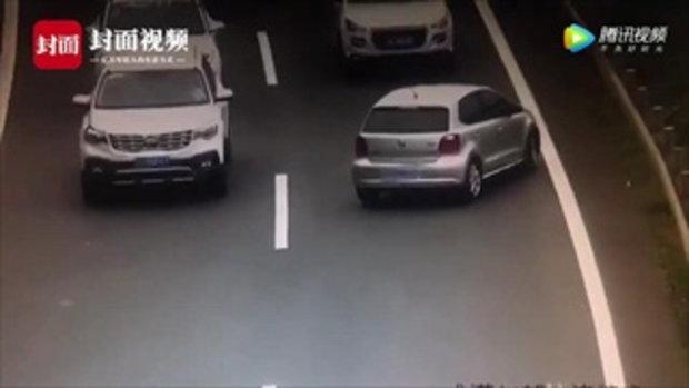แบบนี้ก็มี หญิงจีนเลี้ยวผิด กลับรถ-ขับสวนเลนบนทางด่วน ทำรถติดยาว