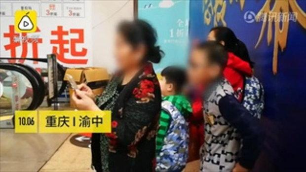 ปวดใจ 3 เด็กป่วน ปีนเล่นราวบันไดเลื่อน ผู้ปกครองไม่ห้ามแถมยืนถ่ายคลิป