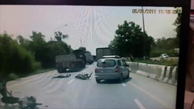 คลิปหนุ่มเสื้อเขียว เฉี่ยวชนรถล้มแล้วหลบหนี ทำคู่กรณีถูกรถพ่วงทับดับ