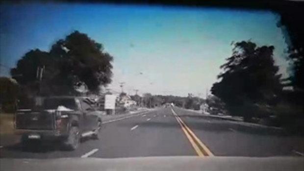 เปิดคลิปเตือนภัยข้ามถนนไม่ดูรถหวิดเกิดเหตุสลด