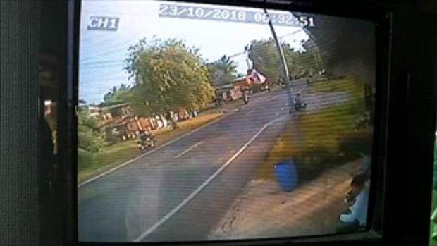 วินาทีเด็กนักเรียนชั้น ม.2 ขับรถข้ามถนนถูกรถเก๋งพุ่งชนท้ายเจ็บสาหัส