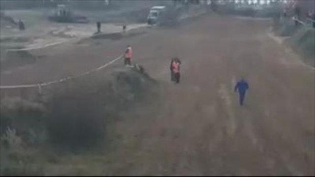 ช็อกทั้งสนาม รถยนต์วิบากหลุดโค้งตอนแข่ง ชนกรรมการเจ็บหนัก 2 คน
