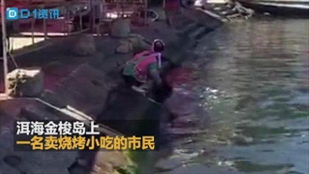 อึ้ง แผงลอยขายอาหารในจีนล้างหม้อล้างชามในทะเลสาบ