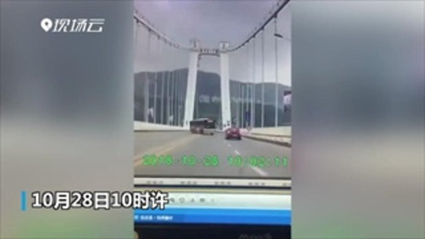 เผยคลิปวินาทีช็อก รถเมล์จีนชนเก๋ง-พุ่งตกสะพานข้ามแม่น้ำแยงซี คาดดับ 15 ศพ