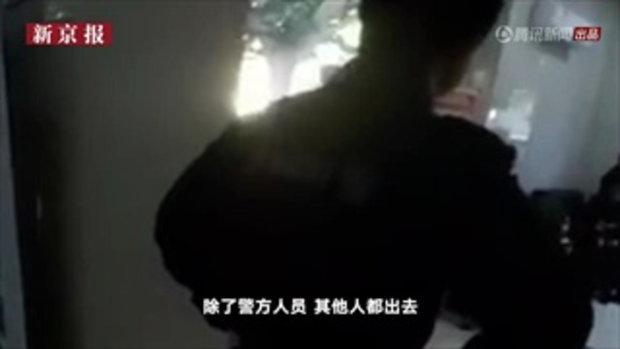 ตร.จีนเสี่ยงชีวิต มัดมือ-เท้าตัวเอง ช่วยรปภ.หญิง หลังหนุ่มบุกปล้นธนาคาร-กรรไกรจี้คอ 2/2