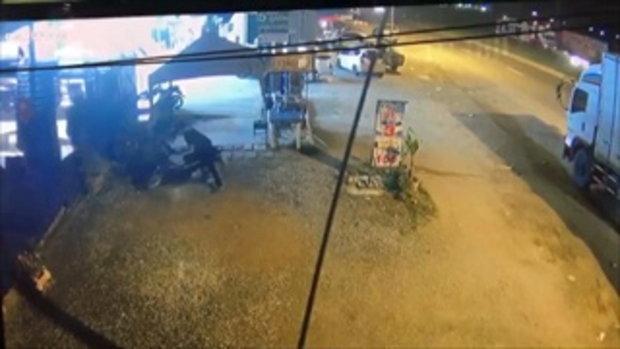 กล้องวงจรจับภาพคนร้ายจอดรถรอจังหวะฉกกระเป๋าหน้ารถ