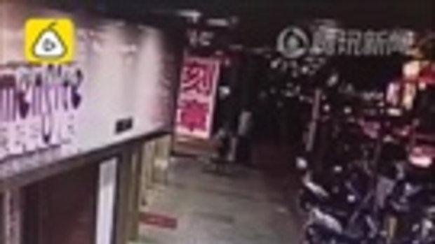 ตร.จีนเร่งสืบ กล้องวงจรปิดบันทึกได้ภาพ แม่ใจร้ายทุบตี-กระทืบลูกกลางถนน