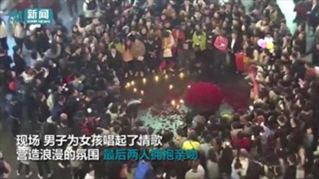 อย่างกับจลาจล ฝูงชนกรูแย่งกุหลาบ 999 ดอก หนุ่มจีนหอบขอสาวแต่งงาน