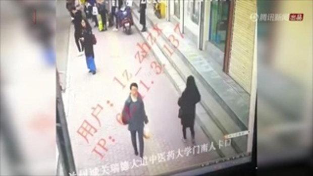 ช็อก พื้นทางเท้ายุบเป็นหลุมใหญ่ หญิงเดินผ่านถูกสูบหายวับ