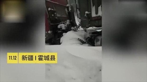 คนขับรถบรรทุกน้ำตาไหลพราก เห็นตำรวจมาช่วย หลังติดพายุหิมะนานเป็นคืน
