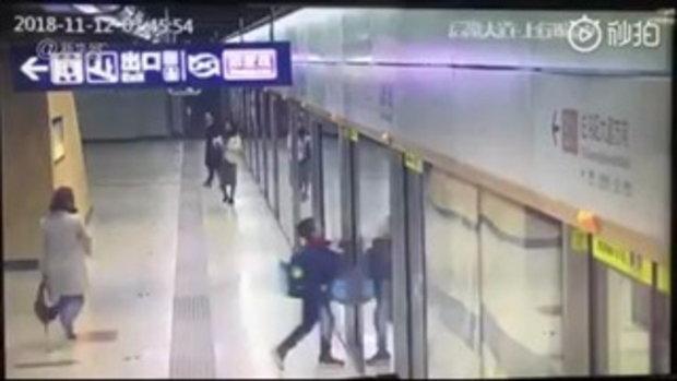 เด็กชายจีนพลาดขบวนรถไฟยามเช้า เข่าทรุดร้องไห้โฮ กลัวไปโรงเรียนสาย