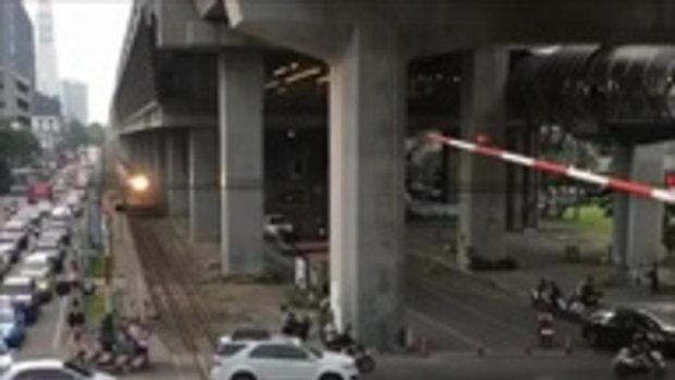 แยกในตำนาน ขนาดรถไฟยังต้องหยุดรอ ให้รถเล็กไปก่อน หลังจอดคารางปิดที่กั้นไม่ได้