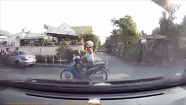 นาทีช็อก! เบนซ์คันหรูพุ่งชนจักรยานยนต์เด็กซ้อนท้าย ตร.รวบได้ทันควัน