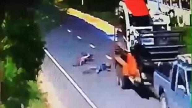 พี่โวย! เพราะข้าวตากบนถนน ทำน้องขี่จักรยานล้มโดนรถกระบะพ่วงทับดับ