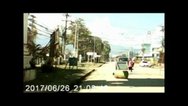 22-11-61เพชรบูรณ์ สาวงงขับรถไปติดต่อราชการเจอหญิงเพี้ยนเอาหินไล่ขว้าง