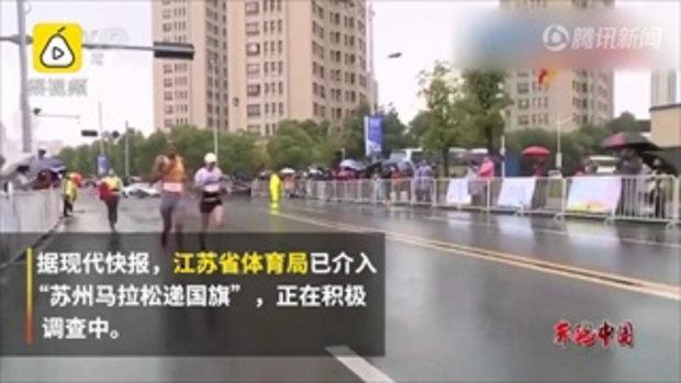 ดราม่าร้อน นักวิ่งมาราธอนหญิงจีนทิ้งธงชาติที่อาสาสมัครยื่นให้ถือระหว่างทาง