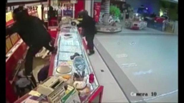 ตั้งรางวัลนำจับหาเบาะแสคนร้ายปล้นร้านทองโลตัสชลบุรี