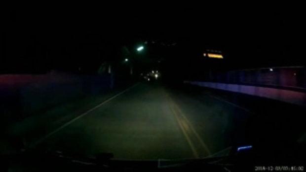 หนุ่มซิ่งรถจักรยานยนต์เสียหลักชนเสาไฟฟ้ารถล้ม ก่อนสองสาวชาวลาวซิ่งมาด้วยกันพุ่งชนซ้ำ