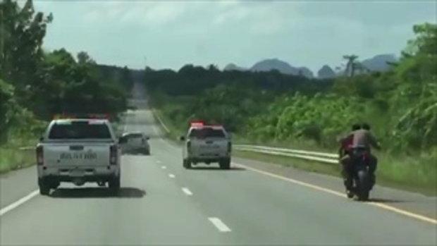 ระทึกเหมือนในหนัง! ตำรวจซ้อนบิ๊กไบค์พลเมืองดี ซิ่งยิงสกัดกระบะคลั่งแหกด่านชนแล้วหนี
