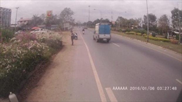 หัวโขมยดวงซวยเตรียมลักรถยนต์ เจ้าของเห็นไล่จับกลางถนน
