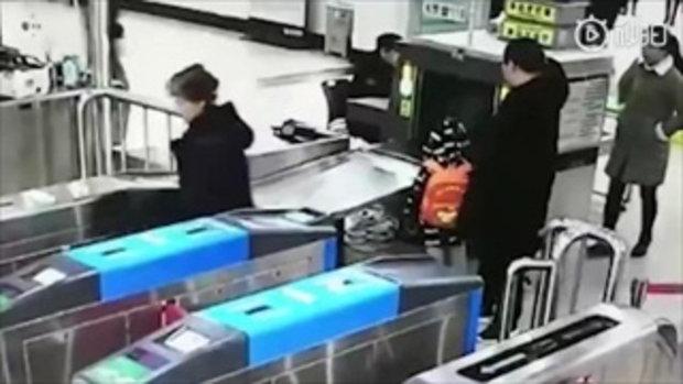 ได้ใจชาวเน็ต ตี๋น้อยลืมสแกนกระเป๋า เดินย้อนกลับไปสแกนก่อนเข้าสถานีรถไฟ