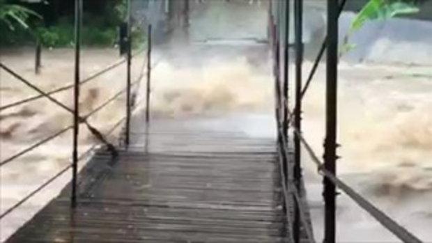 น้ำป่าทะลัก!! ซัดสะพานแขวนคีรีวง นครศรีธรรมราช