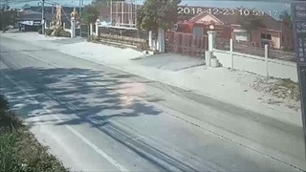 กระบะใจดำชนรถจักรยานยนต์ไม่ลงมาดู แถมเร่งเครื่องหลบหนี