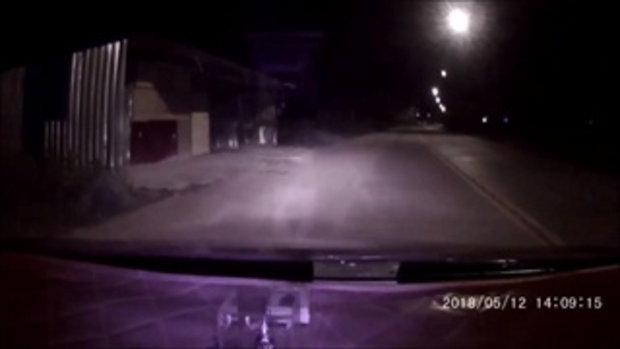 ผัวเมียขับเก๋งเผยคลิประทึก ชายปริศนาโบกรถแล้วทุบกระจกกลางดึก