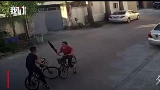 อย่าให้ป้าหัวร้อน! หนุ่มปั่นจักรยานมาดีๆ เจอป้าชนใส่ เป็นศึกวิวาทกลางถนน