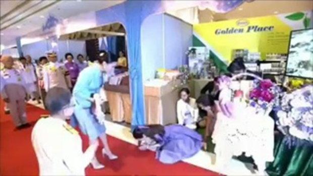 พสกนิกรปลื้มปีติ สมเด็จพระนางเจ้าฯ พระบรมราชินี ทรงจับมือมาดามแป้งให้ลุกขึ้นยืน