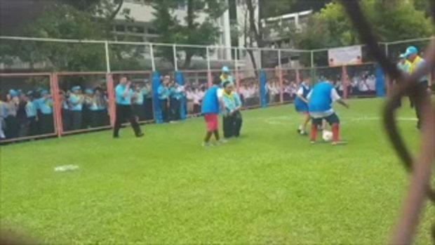 ถ่ายทัน! ลุงตู่โดนเด็กสกัดขา จนเสียหลักล้มคว่ำ ขณะเตะบอล