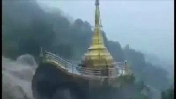วินาที!น้ำป่าหลากซัดเจดีย์ทองที่พม่า