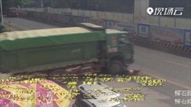 วินาทีชีวิต! ชายจีนขี่รถย้อนศร รถบรรทุกเลี้ยวชนใส่ หวิดเป็นซากใต้ล้อ