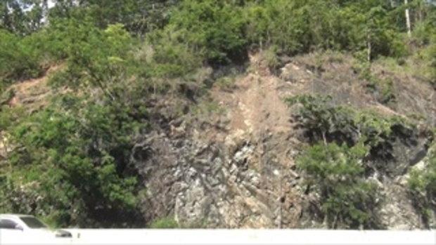 วินาทีดินถล่มจากภูเขาปิดทับเส้นทางถนนลำปาง-เด่นชัย