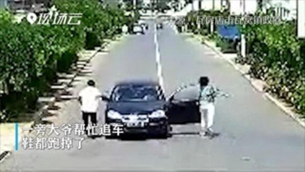 นาทีระทึก รถไหลเพราะลืมดึงเบรกมือ พลเมืองดีทุ่มสุดตัววิ่งไล่ตาม