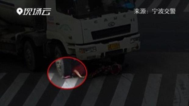 สุดช็อก! คลิปรถโม่ปูนเลี้ยวชนบดบี้หัวหญิงจีน แต่รอดชีวิตปาฏิหาริย์