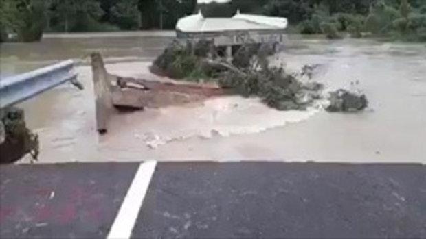ระทึก!วินาทีสะพานถูกกระแสน้ำพัดขาด