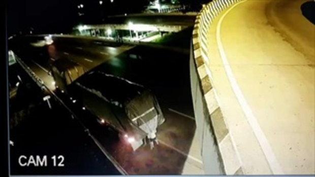 บิ๊กไบค์ชนท้ายรถพ่วงดับคาที่ โชเฟอร์ซวยเจ็บเพราะยืนเช็กสภาพรถ