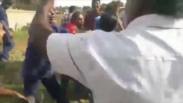 เมียหลวงอินเดีย ผนึกกำลังเมียน้อย รุมตบผัว! ขณะหาสาวใหม่ เป็นเมียคนที่ 3