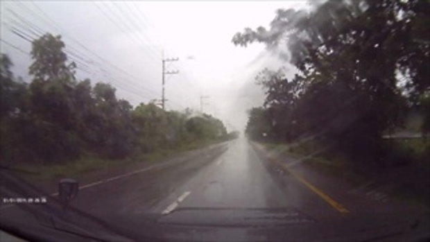 บิ๊กไบค์ซิ่งฝ่าสายฝน เจอน้ำขังข้างทางเหินพลิกคว่ำ ดับ 1 สาหัส 1