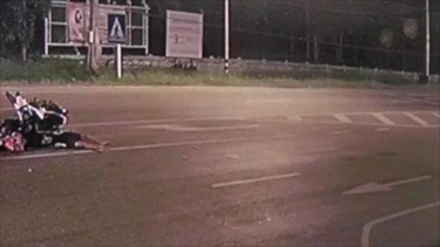 กล้องวงจรปิดจับภาพ มอเตอร์ไซค์พุ่งชนกันกลางถนน ดับ 2 สาหัส 1
