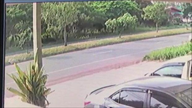 วงจรปิดจับนาทีมรณะ มอเตอร์ไซค์พุ่งชนท้ายกระบะ ท่อนไม้หลังรถเสียบกรามสยอง